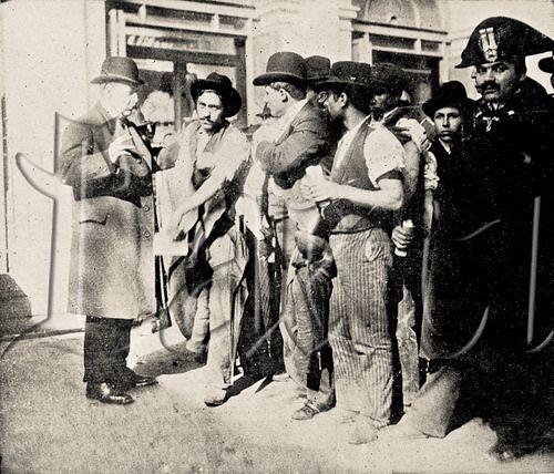 Title: Medical examination and vaccination of Italian emigrants. Italy, 1909.  Exame médico e vacinação de emigrantes italianos. Itália, 1909.