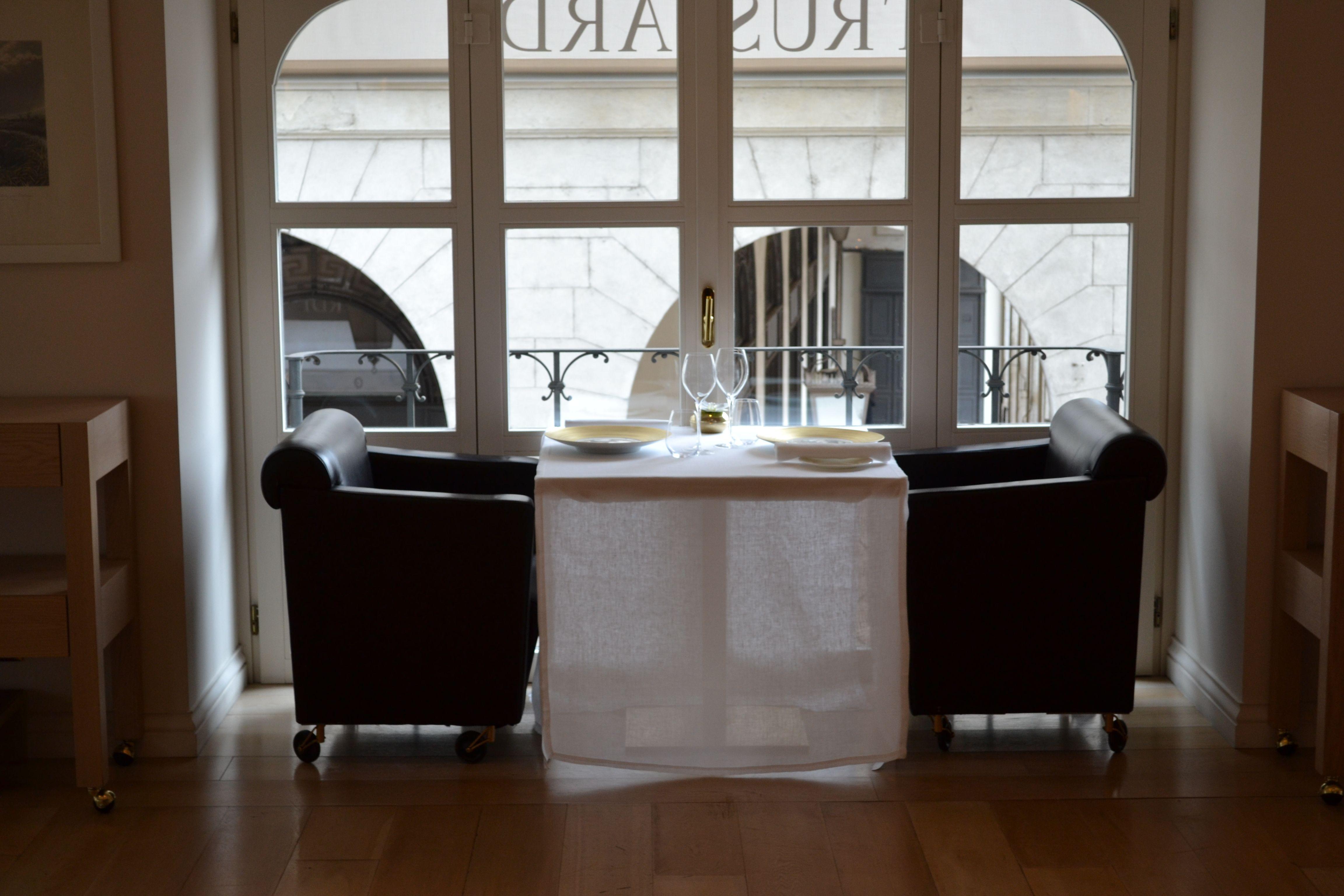 il tavolo che s'affaccia su piazza della Scala