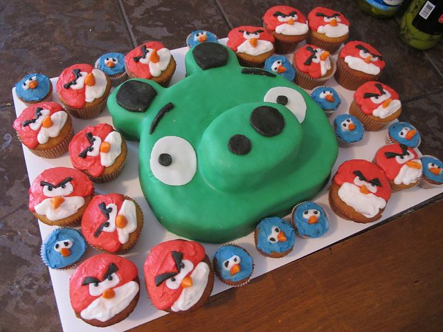 Angry birds cupcakes... I seriously need to do this for my son's birthday. He LOVES Angry Birds!