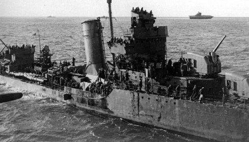 Le destroyer Benham a recueilli 720 rescapés du Yorktown (visible à l'arrière plan), le 4 juin 1942