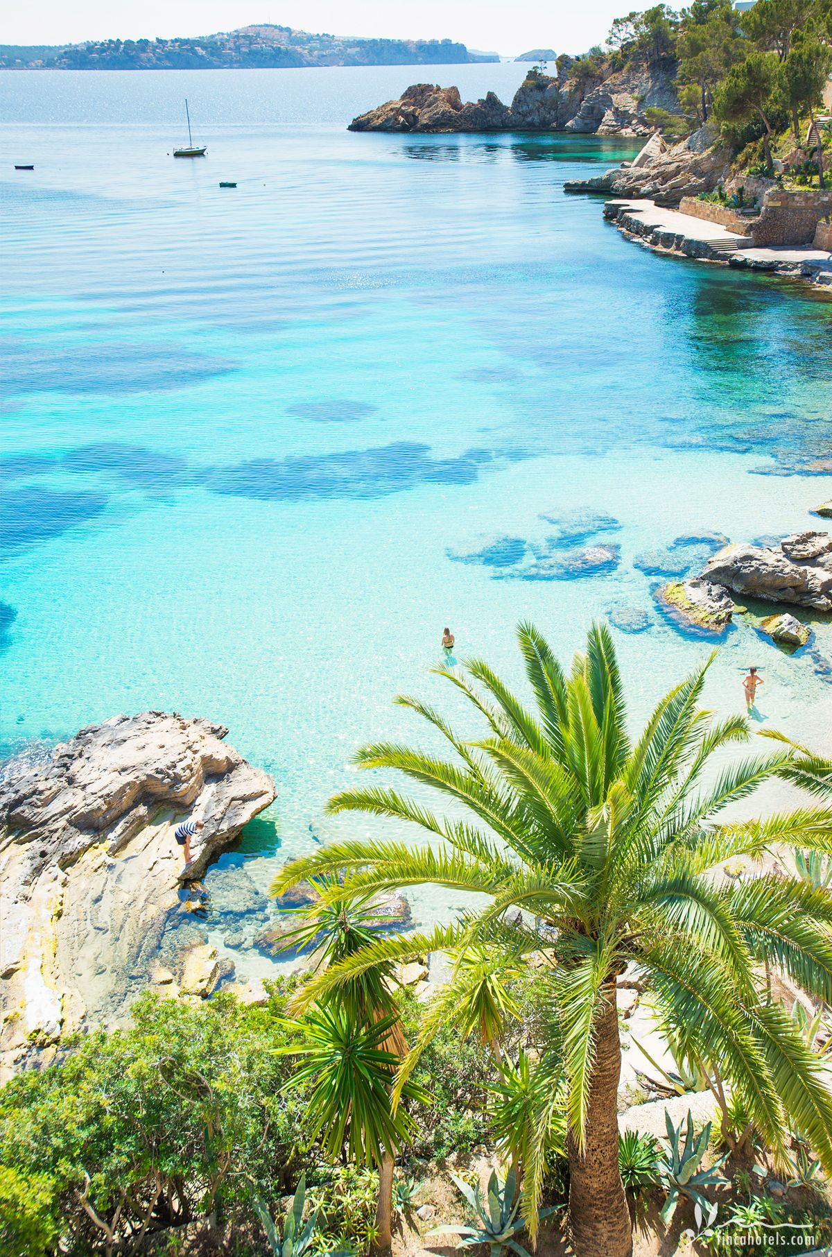 La vista al mar es simplemente impresionante. El pequeño hotel Cala Fornells está …