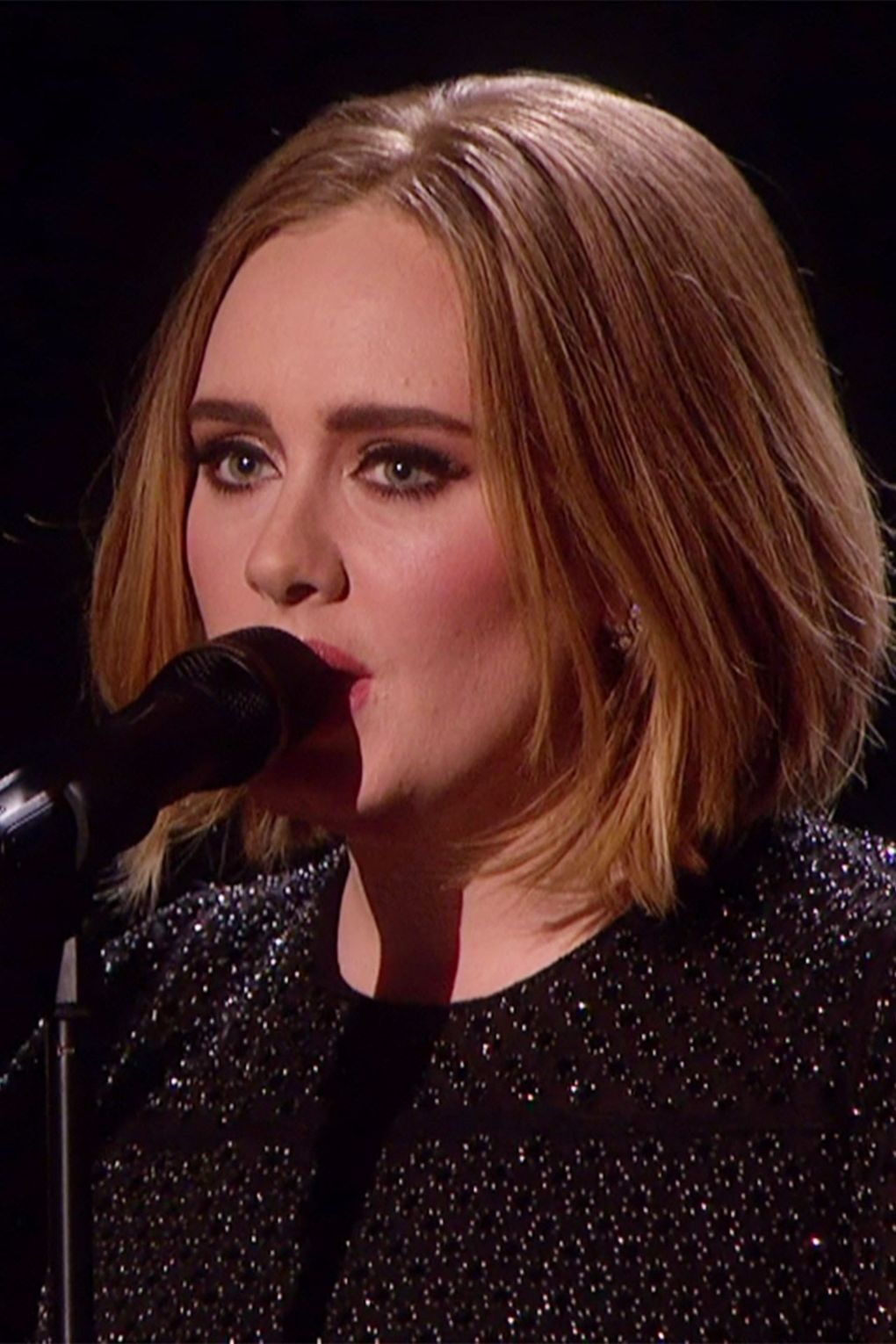 Adele Shows Off Her New Bob Hairstyle On X Factor Short Bob Hairstyles Adele Hair Short Hair Styles