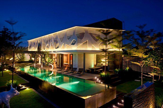 + Arquitetura :     Localizado em Seminyak (Bali), é um projeto que chama a atenção pela arquitetura e o seu interior.