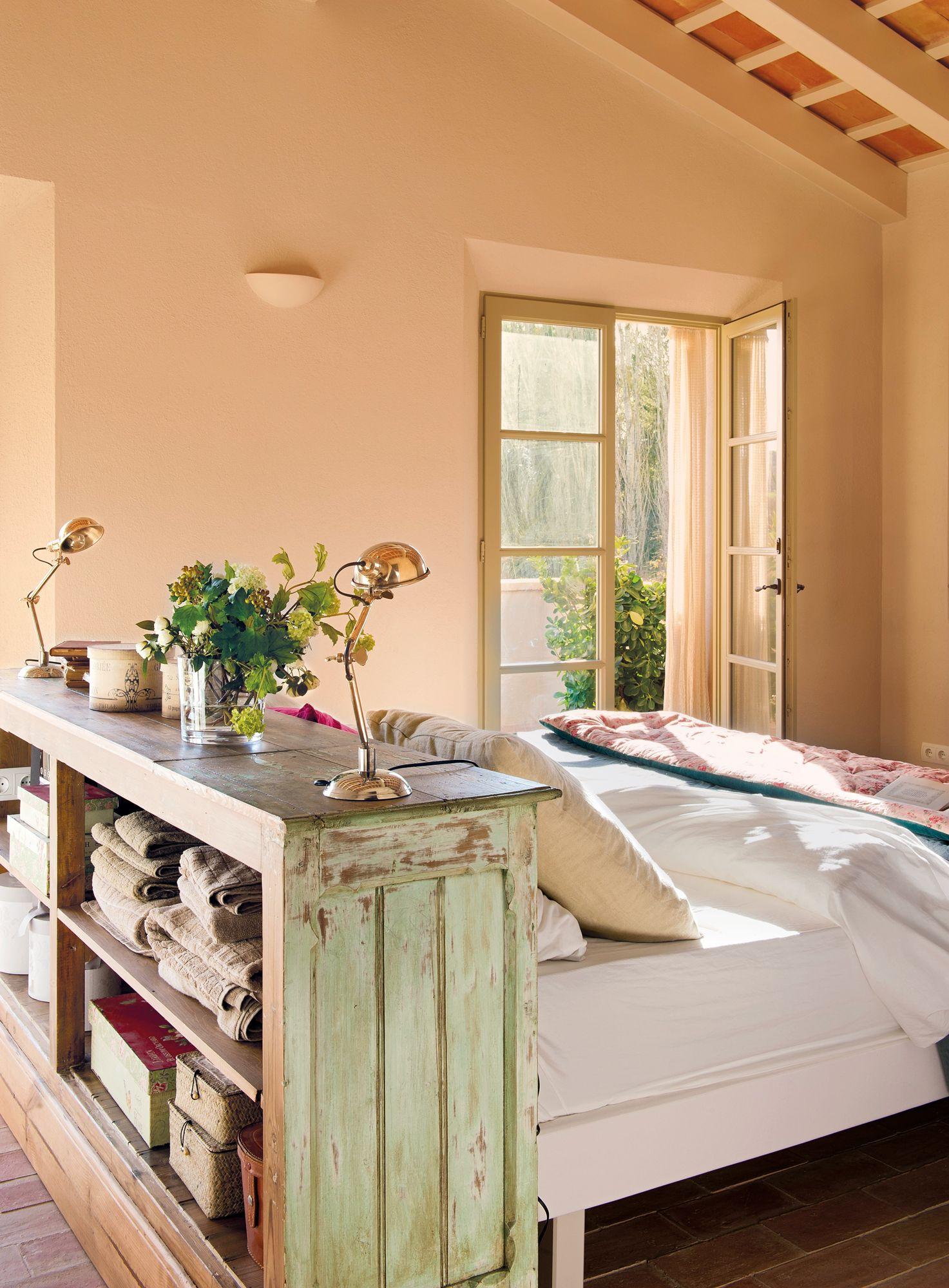 Dormitorio con cabecero hecho con antiguo mueble de madera decapado ...