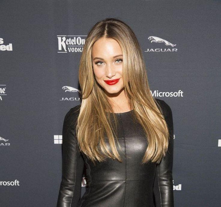 Lange Glatte Haare In Zwei Stufen Mit Mittelscheitel Jette Frisuren Trends Frisuren Lange Haare Stufen Glatte Haare Lange Dunne Haare