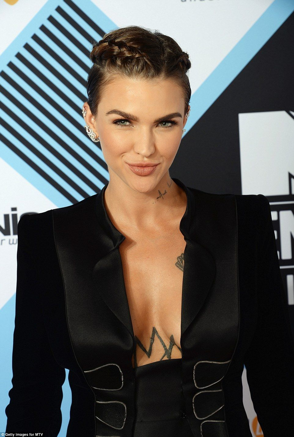 Ellie Goulding Is Joined By Ruby Rose And Hailey Baldwin At Mtv Emas