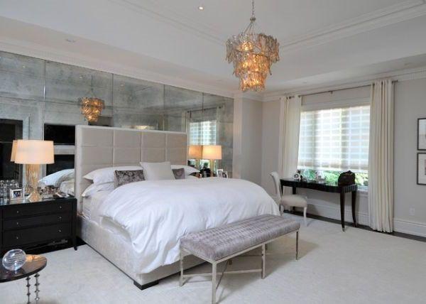 Verspiegelte wand und ein bescheidener sitzbank schlafzimmer