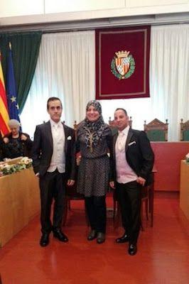 """Una concejala musulmana oficia una boda gay en Badalona. Fàtima Taleb, representante de Guanyem de origen marroquí, llegó al cargo prometiendo """"sumar en la gestión de la diversidad"""".  infoLibre, 2016-01-13 http://www.infolibre.es/noticias/politica/2016/01/11/una_concejala_musulmana_oficia_una_boda_gay_badalona_43219_1012.html"""