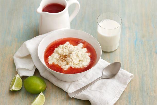 Riisipuuro & mansikka-limekeitto on herkullinen yhdistelmä pehmeää riisipuuroa ja raikasta, väriltään kauniin punaista mansikka-limekeittoa. http://www.valio.fi/reseptit/riisipuuro-mansikka-limekeitto/ #resepti #ruoka