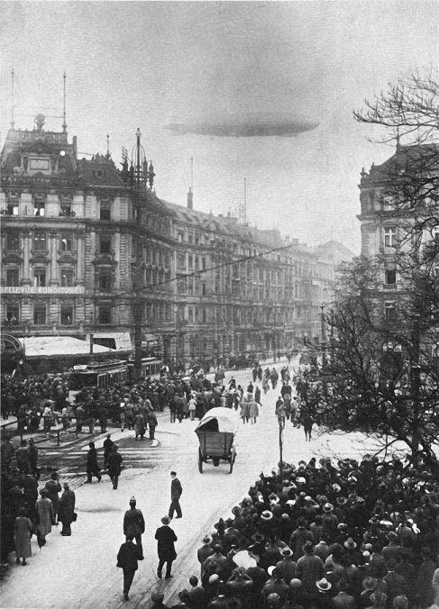 Berlin, Zeppelin über der Königgrätzstrasse, um 1900.