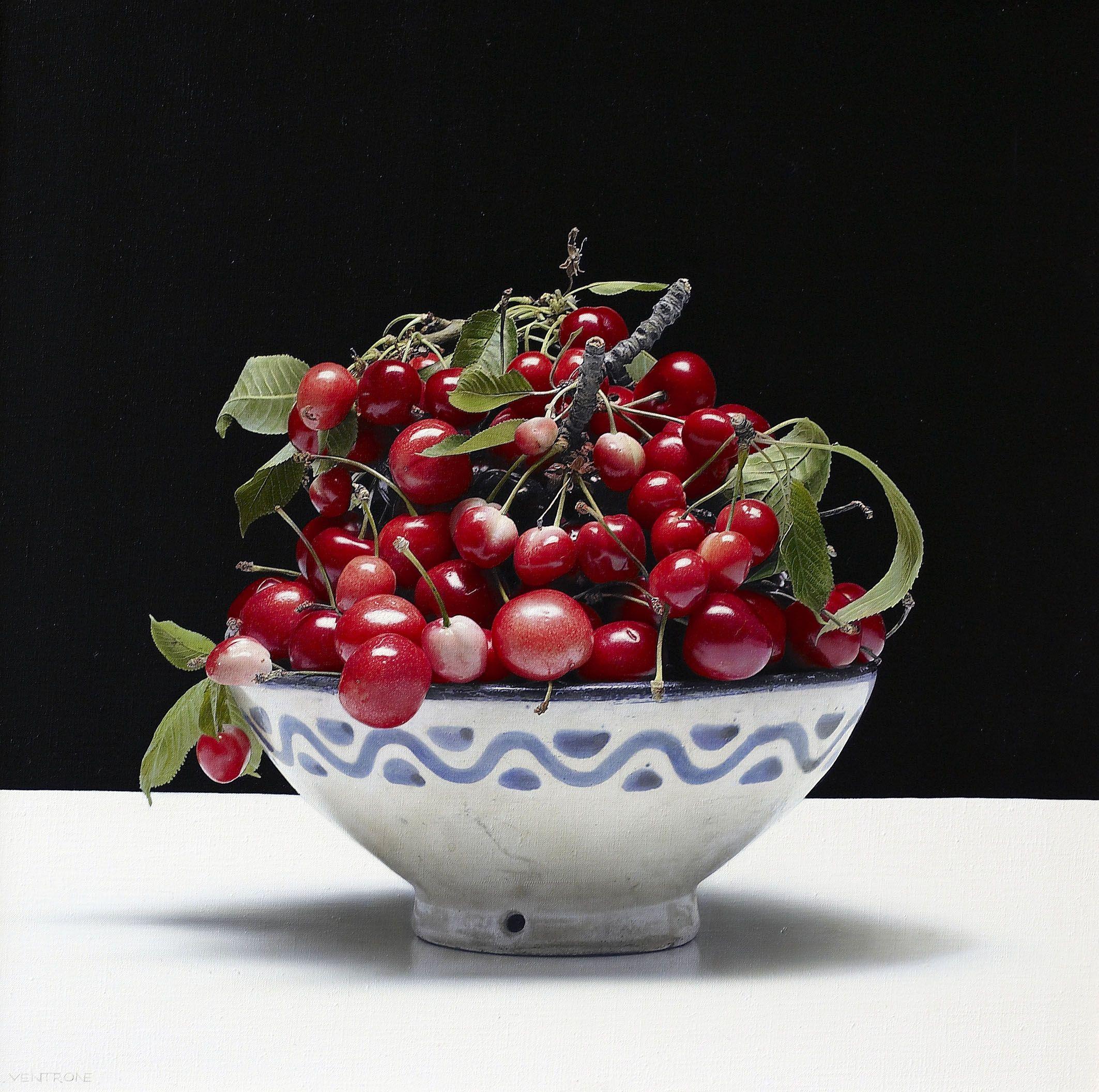"""Luciano Ventrone, """"Ciotola di ceramica con ciliegie"""", olio su tela, 50 x 50 cm. Collezione privata"""