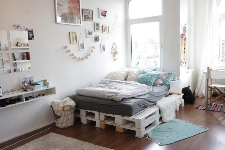 Wunderschönes weiß-gestrichenes Palettenbett fürs WG-Zimmer. #DIY ...