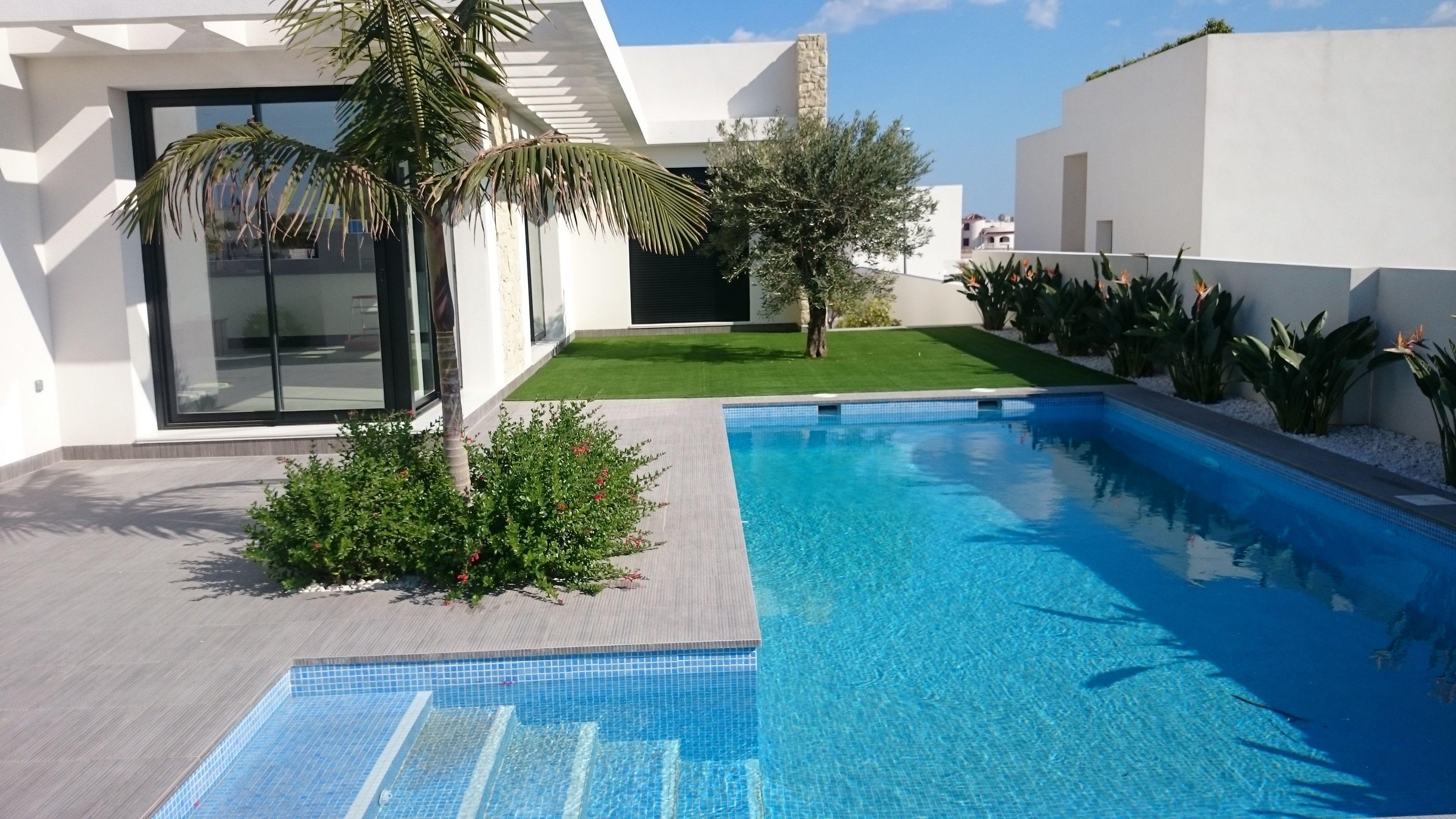 Acabados exteriores en viviendas residenciales alicatado pavimento y ducha en zona de piscina Jardines de chalets