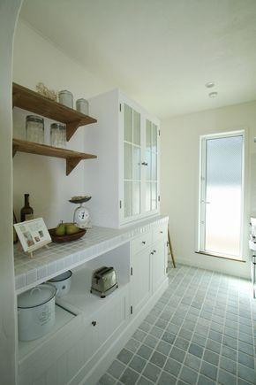 全室しっくい壁仕上げ、明るいキッチンも特徴