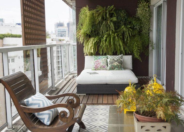 Balconi Piccolissimi : Arredo balcone con una comoda seduta piante e poltrona balconi