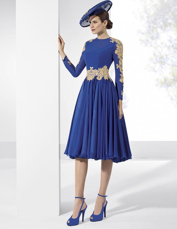 9f7a41e96 Vestidos de fiesta de gasa y crep azul cobalto con adornos dorados ...