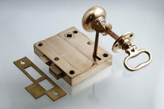 アンティーク ブロンズのドアノブ 外付けラッチ 鍵付き 吊り元 内外