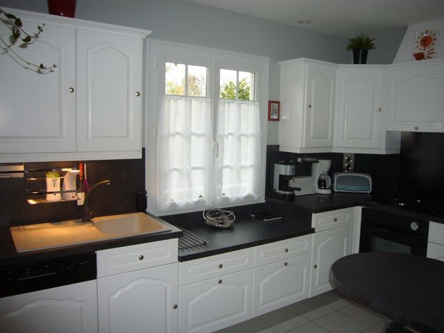 Peindre meubles cuisine en blanc avec plan de travail noir - Repeindre Un Meuble En Chene