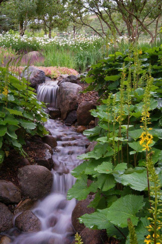 bachlauf im garten steine pflanzen ueppig gestaltung Bachlauf - bachlauf im garten anleitung