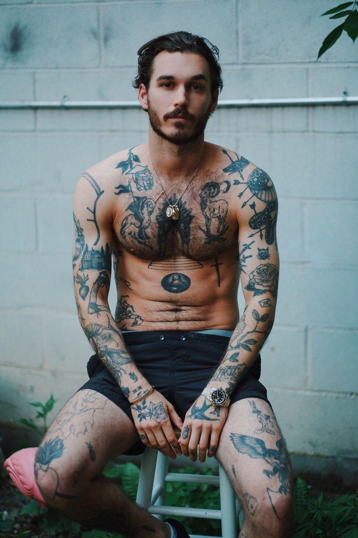 recherche modèle homme tatoué