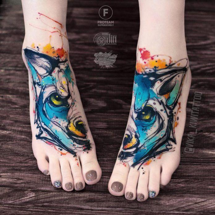 7. Tatouage artistique de moitié de visage de loup sur chaque pied