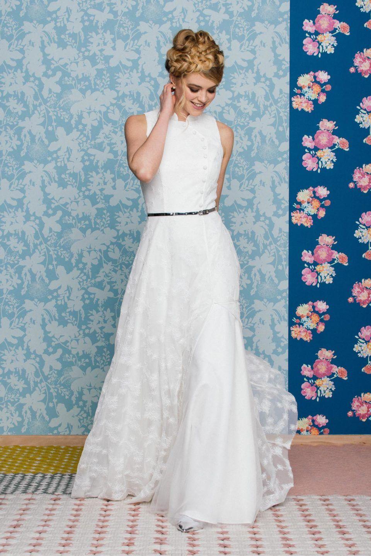 Brautkleid mit Stehkragen im Asiastyle – asymmetrisch & besonders
