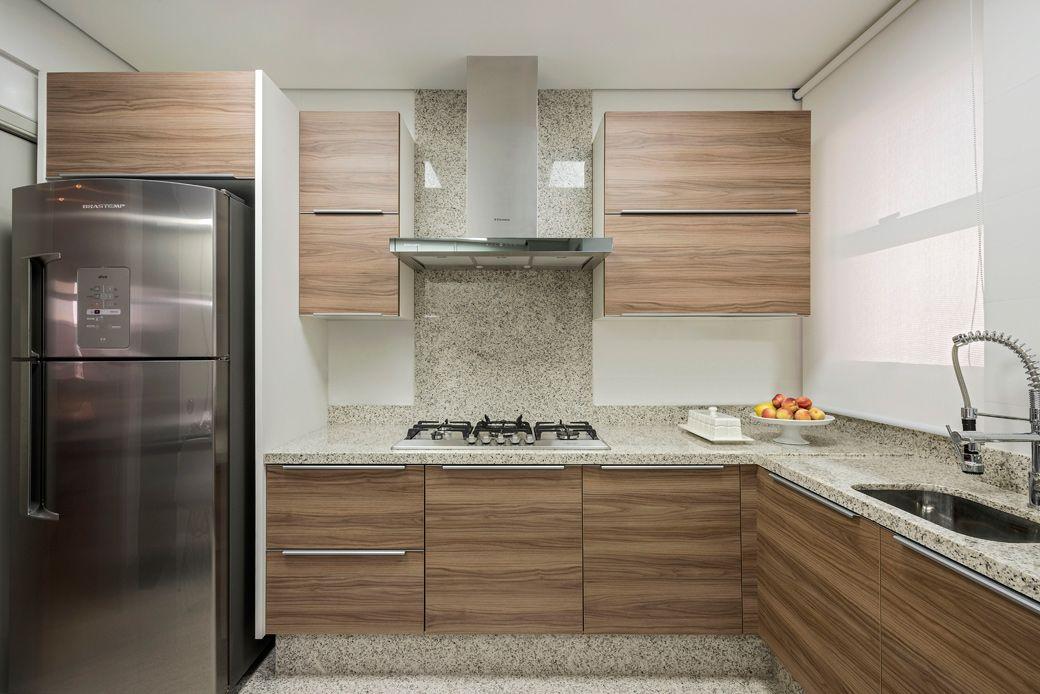 Cozinha moderna com granito claro na bancada parede e