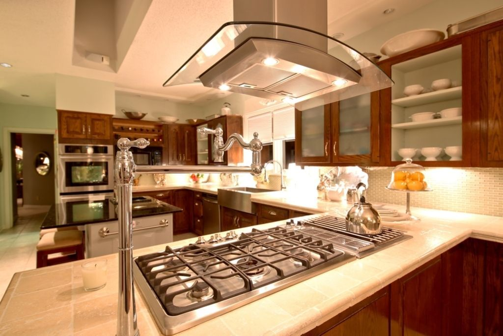 Traditional kitchen with high ceiling farmhouse sink u