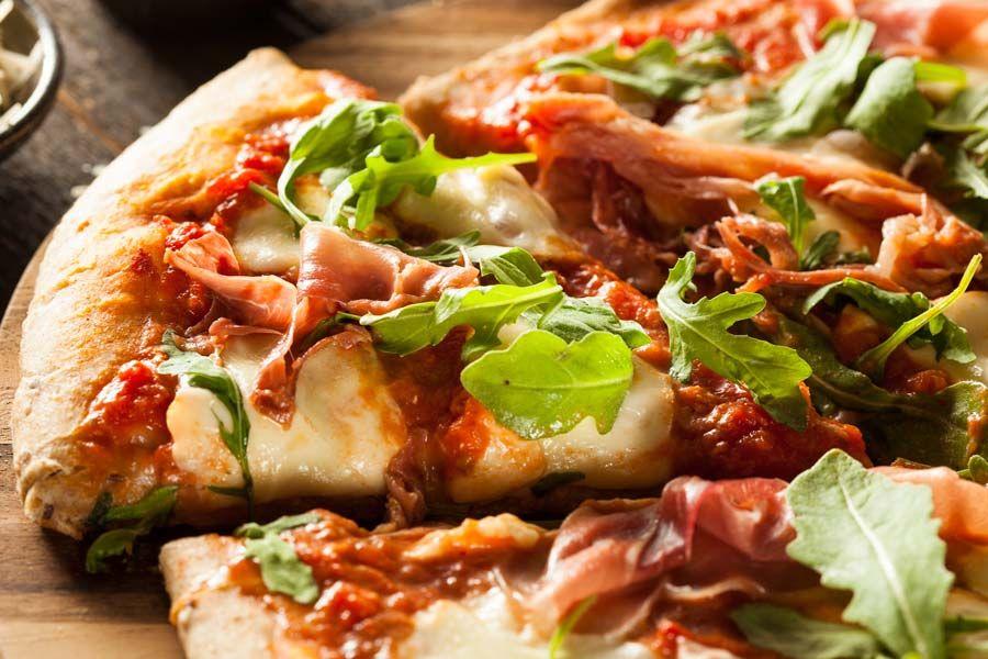Pizza mit Rucola, Mozzarella und Parmaschinken #hefeteigfürpizza