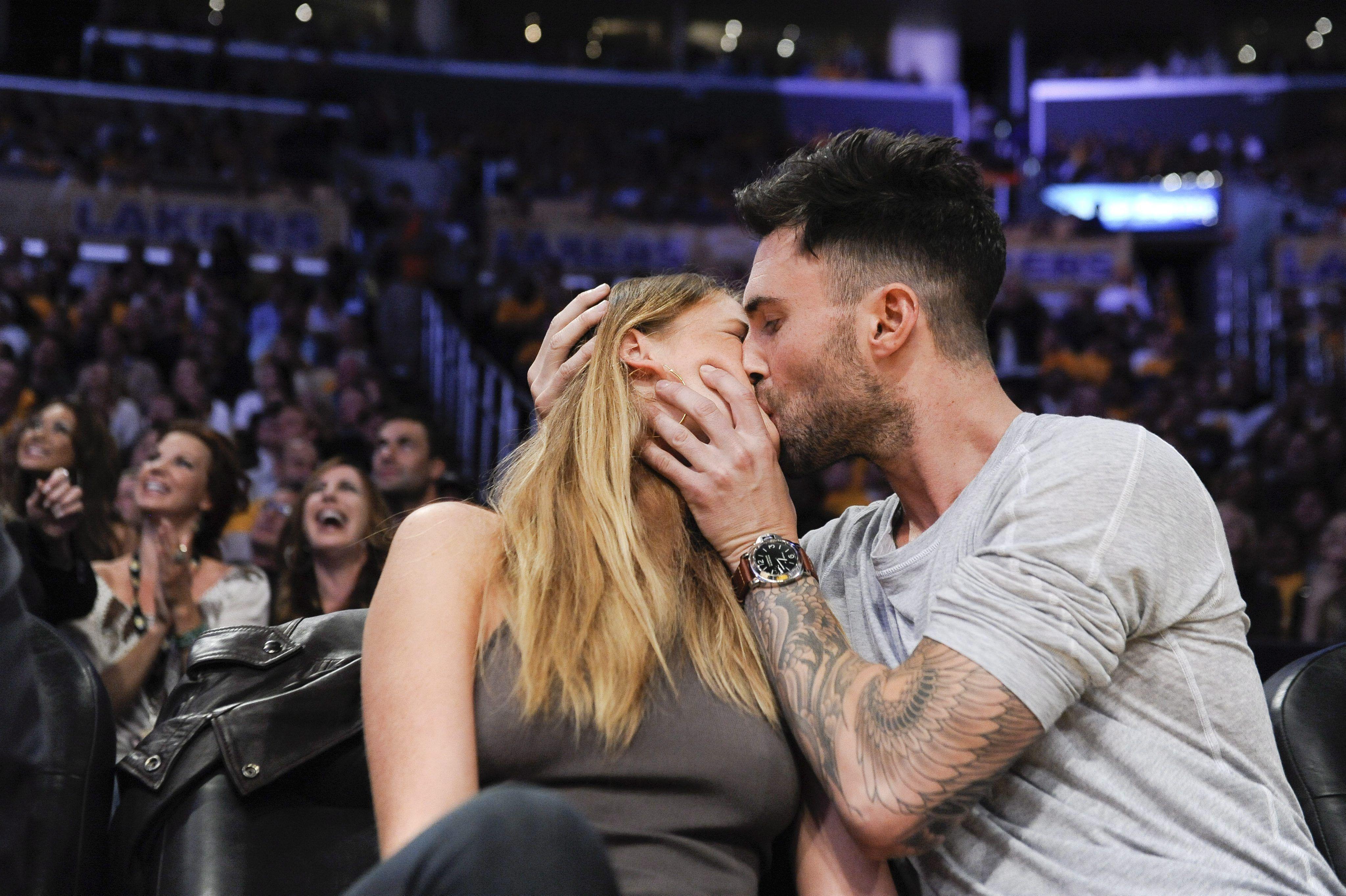 Adam Levine And Anne V Passionate Courtside Kiss Adam Levine