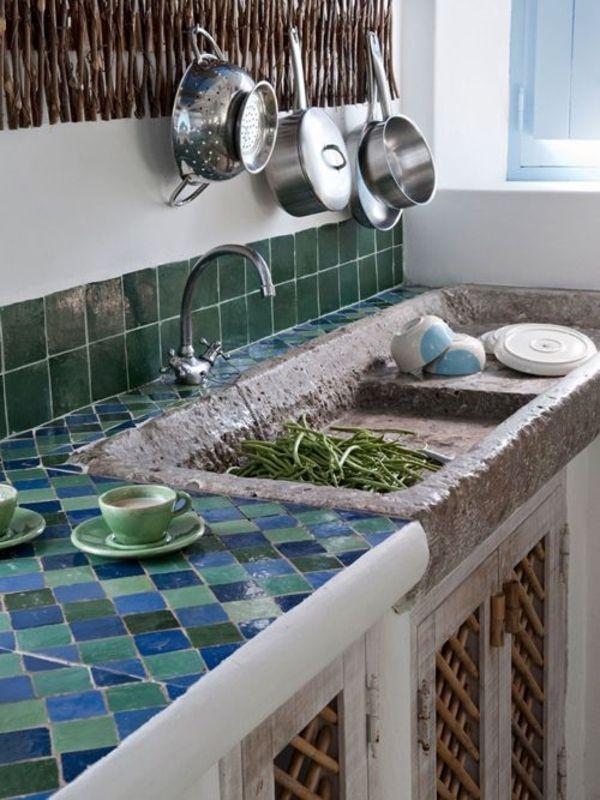 Landhausstil der Küche in einer Sommerhütte in Portugalien, wo Blau ...