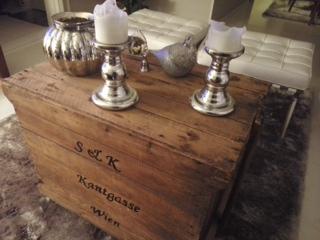 Olohuoneen pöytä mökillä Tekstit tehty itse arkun kylkeen, maljakko Riviera Maison, kynttilänjalat Ikea, lasilintu isoäidiltä
