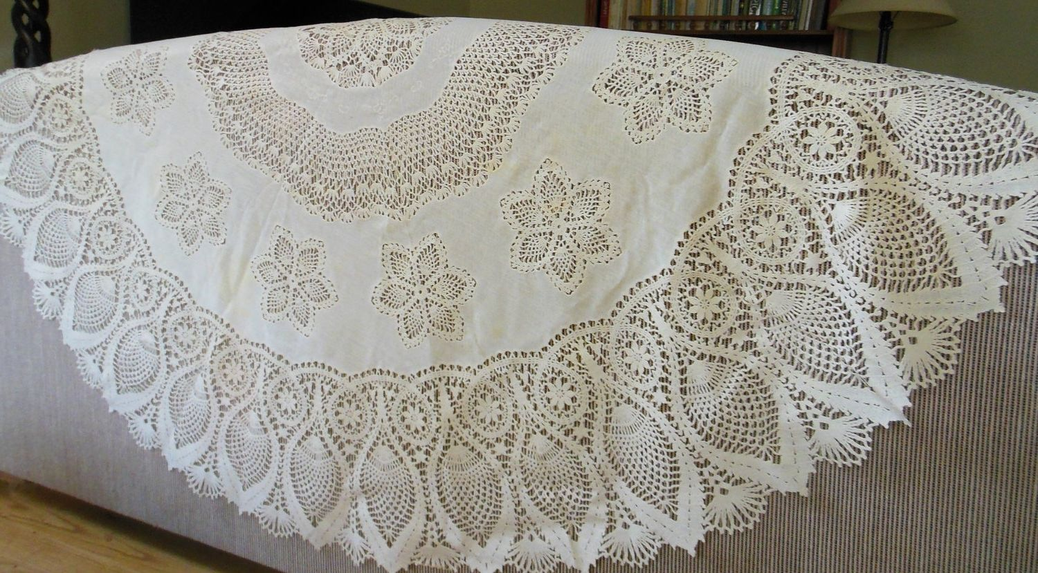 Beautiful Plastic Lace Tablecloth Round