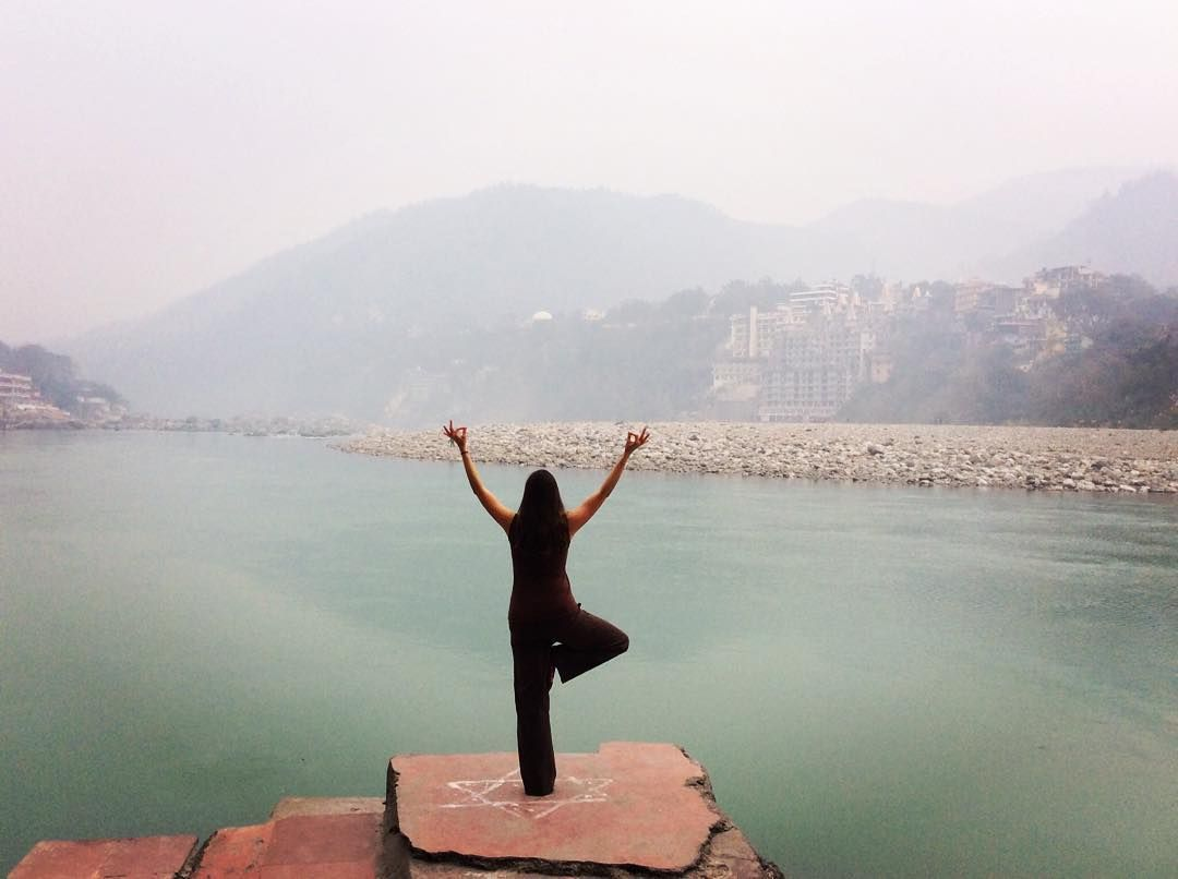 I got the whole world in my hands 🎶 #yogatraining #rishikesh #india . . . . . #yoga #yogapose #fitne...