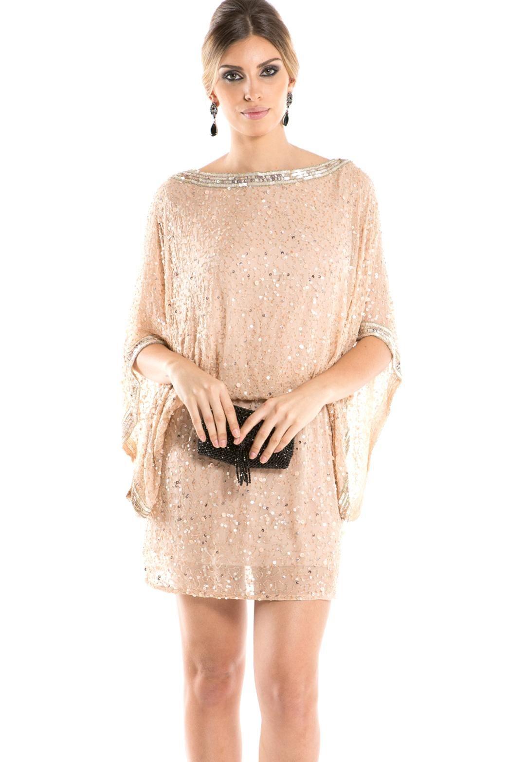 d533e19d3 Vestido rosê curto de seda bordada. Com modelagem larguinha, este vestido  serve bem em