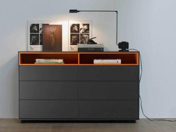 minimalisitsche schwarze Kommode orange Regale Schlafzimmer Office
