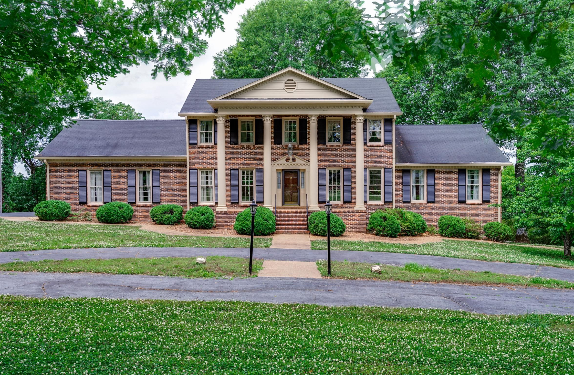 113 Jefferson Dr Columbia Tn 38401 4 Bed 4 5 Bath 484 900 This Is A Fantastic House Styles Architecture Mansions