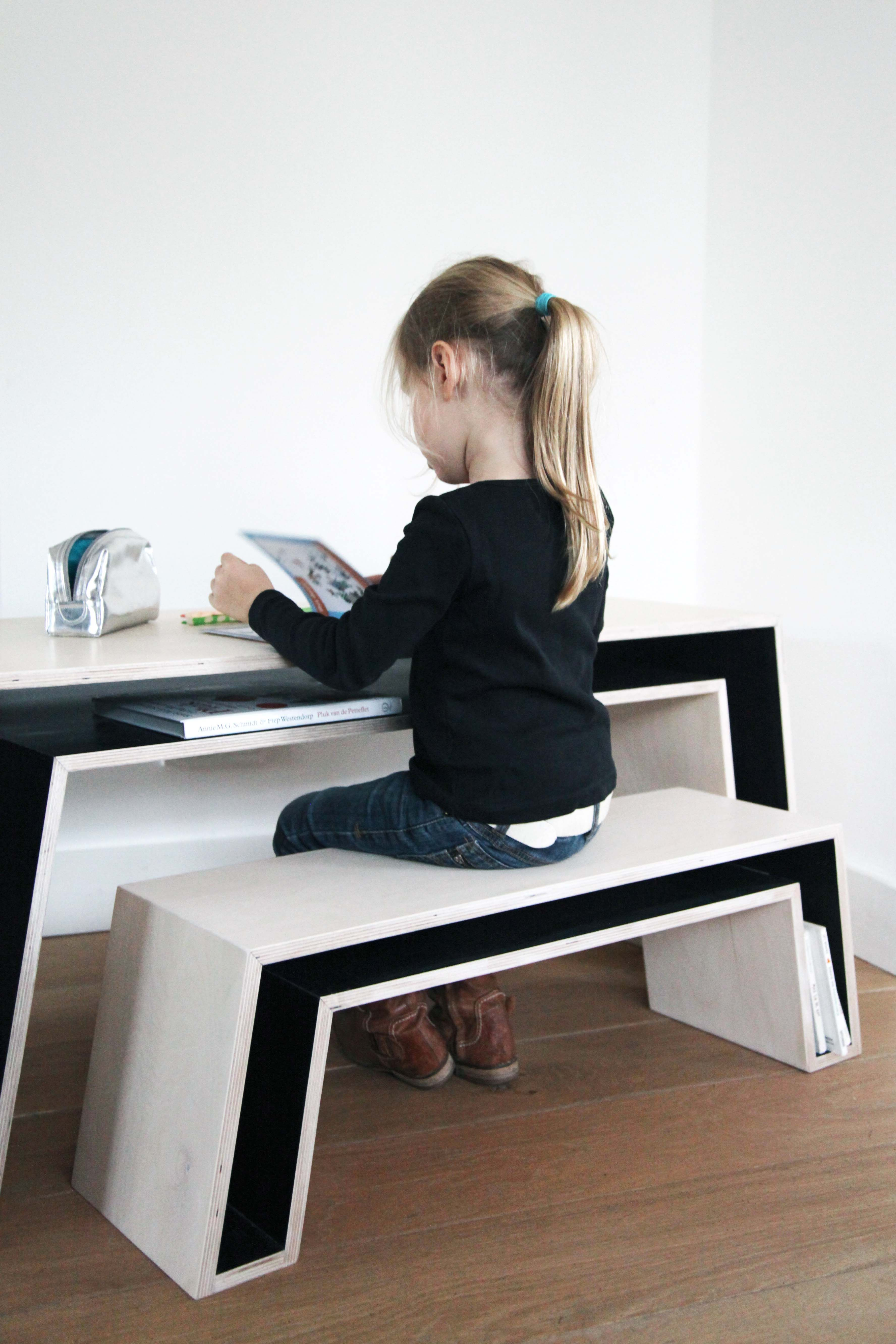 amilyn op 4zitter. whatever that means. it's the caption that came with the pic. this desk set is cool.