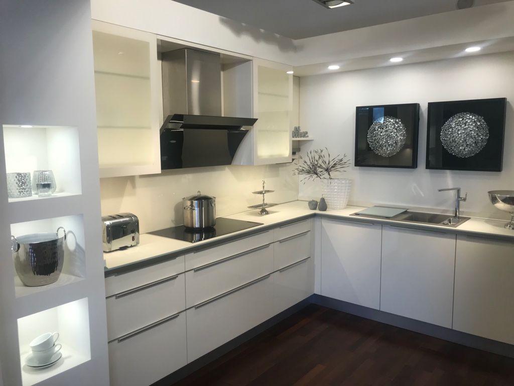 Küche Magnolie Hochglanz Lack mit aufgesetzter Griffleiste  Küche