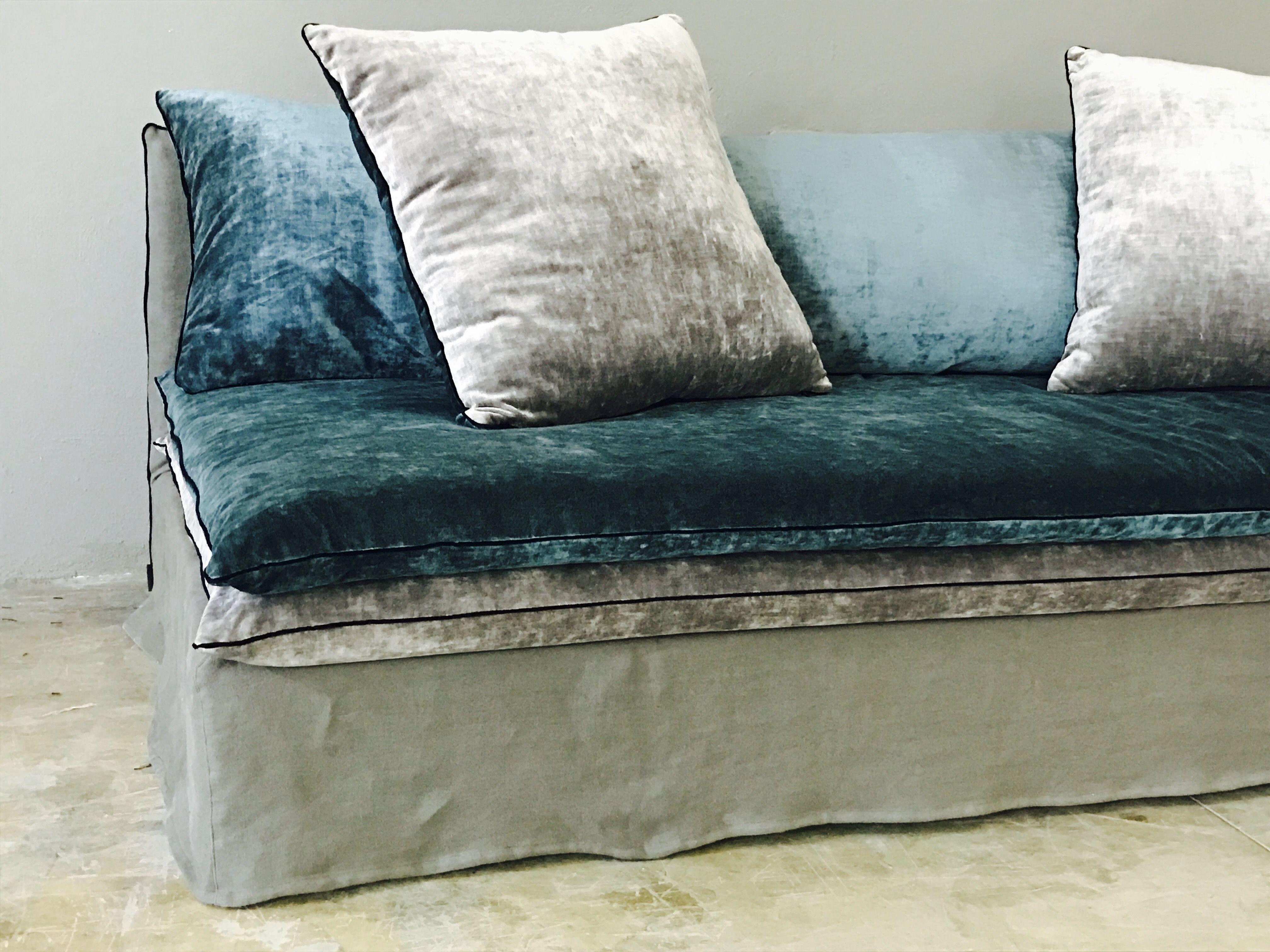 Canapé sur mesure en velours lavé bleu paon et lin lavé Mille Et Une ...