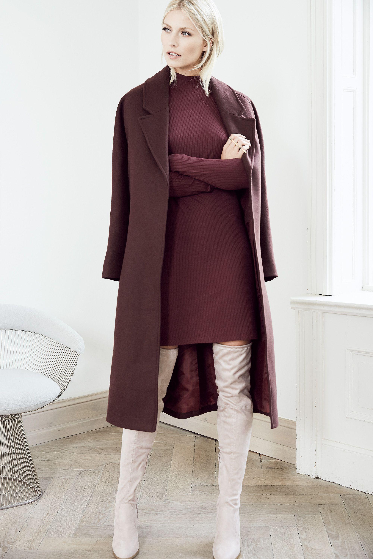 Model Lena Gercke zeigt, dass sogar weiße Lack-Overknees echt edel aussehen  können, sofern man sie tricky kombiniert.  overkneeskombinieren  lenagercke 79f70fddd3