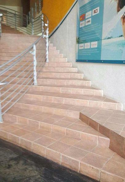 Barandilla mal colocada en una escalera