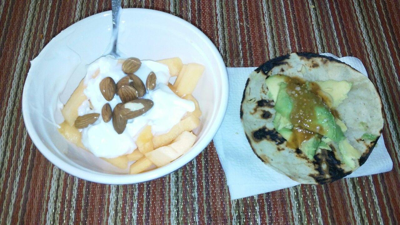 1 Taza De Melon 4 Cucharafas De Yogurt Natural 10 Almendras 1