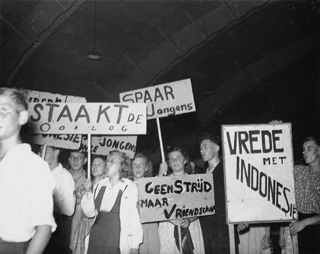 Amsterdam 1947. Kiosk waar je tijdschriften in kon leveren voor de militairen in Indië