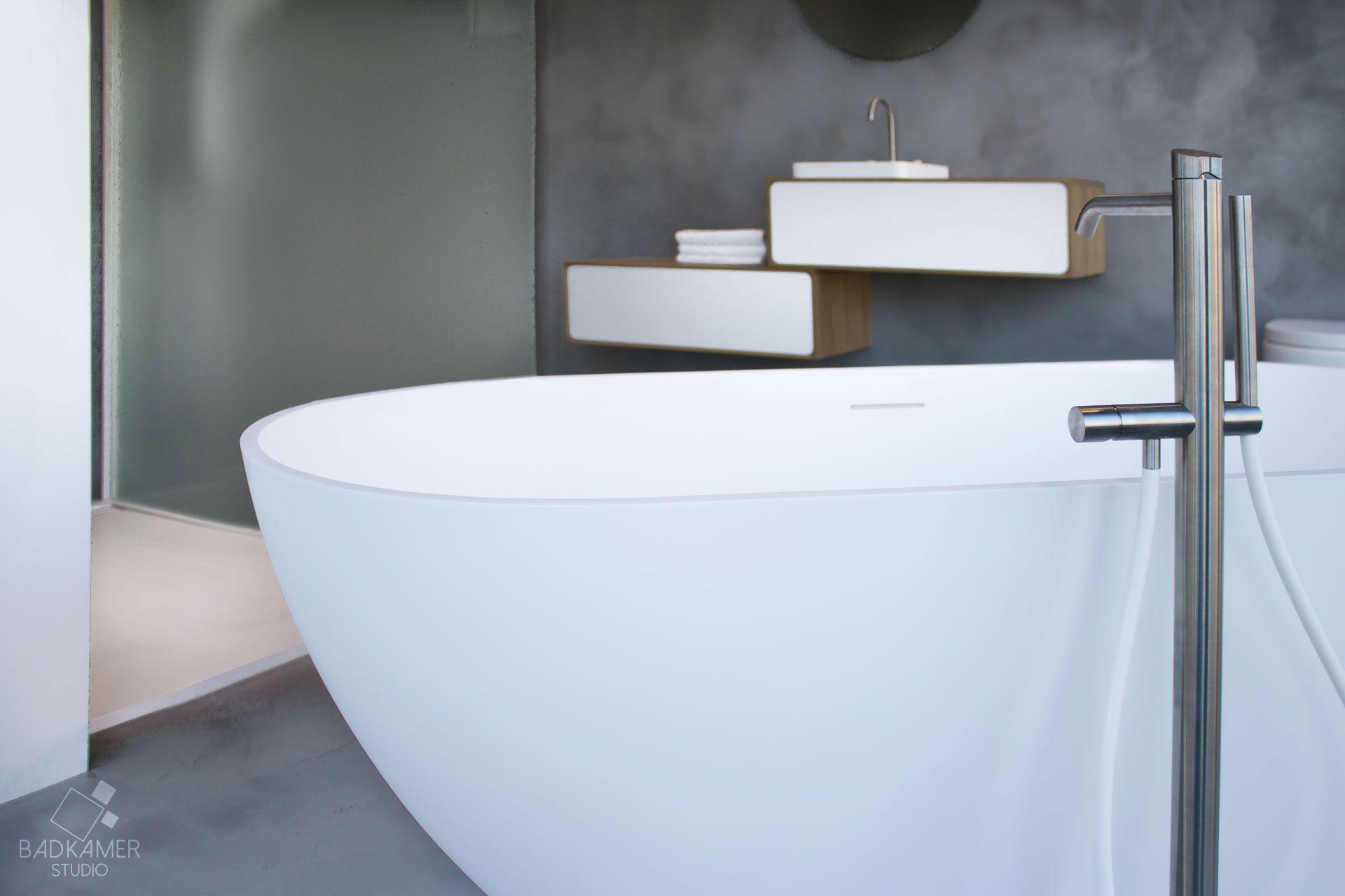 maatwerk badkamer waarbij gebruik is gemaakt van beton cirà micro