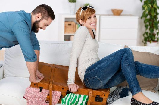 Damit das Kofferpacken nicht in Stress ausartet, gibt es einige Tipps, die das Packen erleichtern. So beginnen die Ferien entspannt.