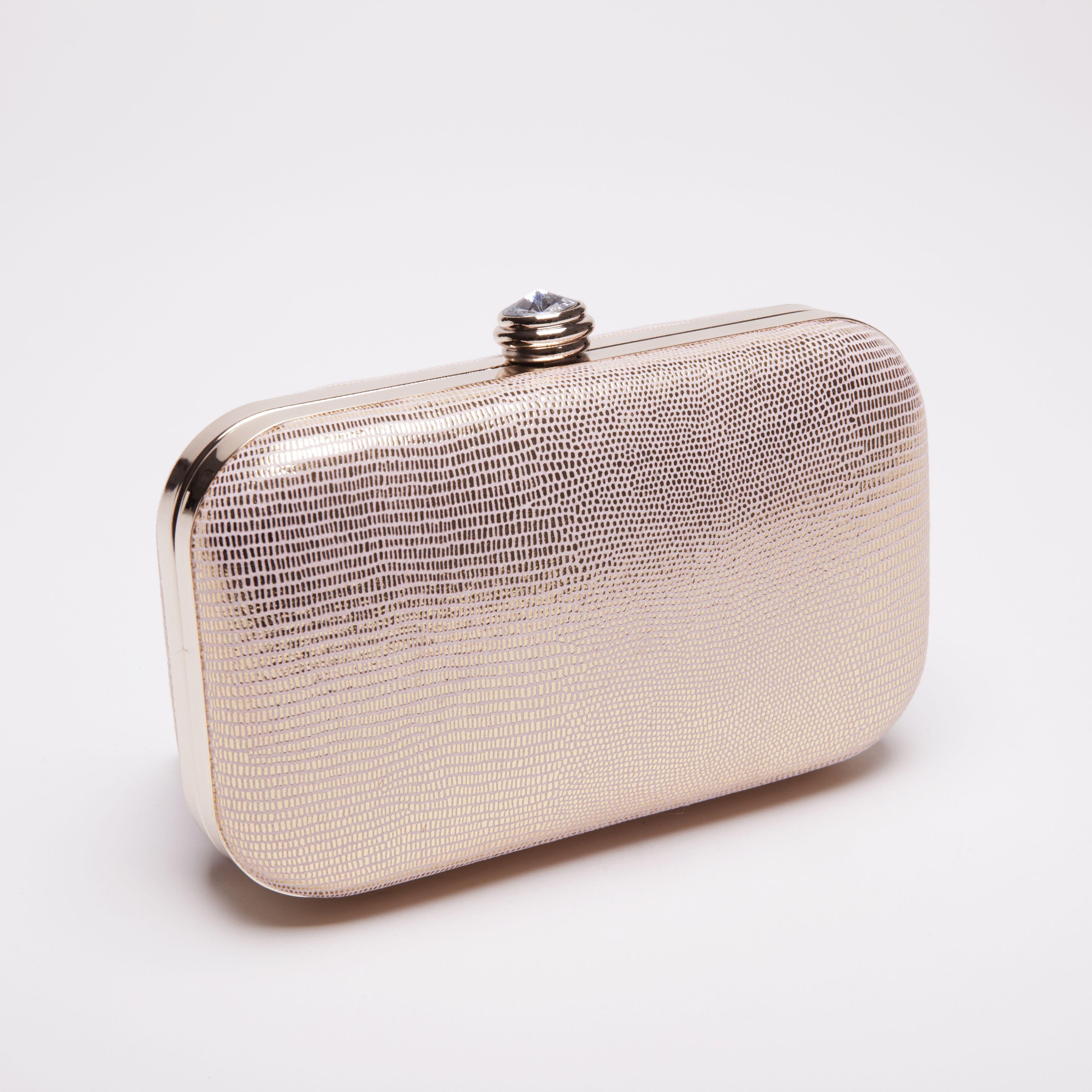 a97c5db16 Clutch metalizado en rosa palo: un toque de sofisticación para tus looks de fiesta  Vestidos