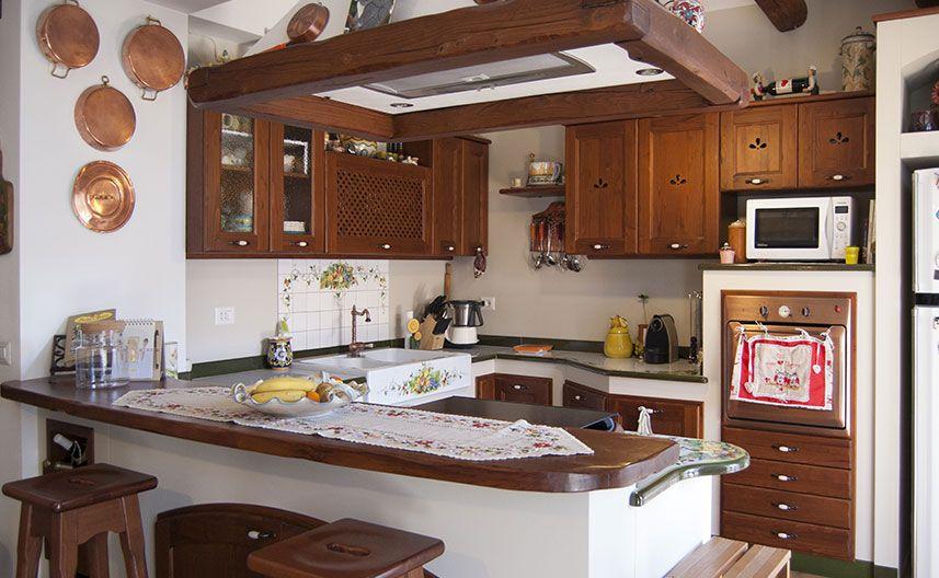Cucina in muratura ecologica con penisola e cappa sospesa kitchen pinterest cucine moderne - Cappa cucina in muratura ...