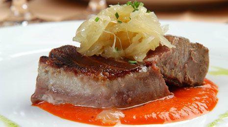 Cocinar Lomos De Atun   Receta De Lomo De Atun Con Salsa De Piquillos Y Cebolla Caramelizada