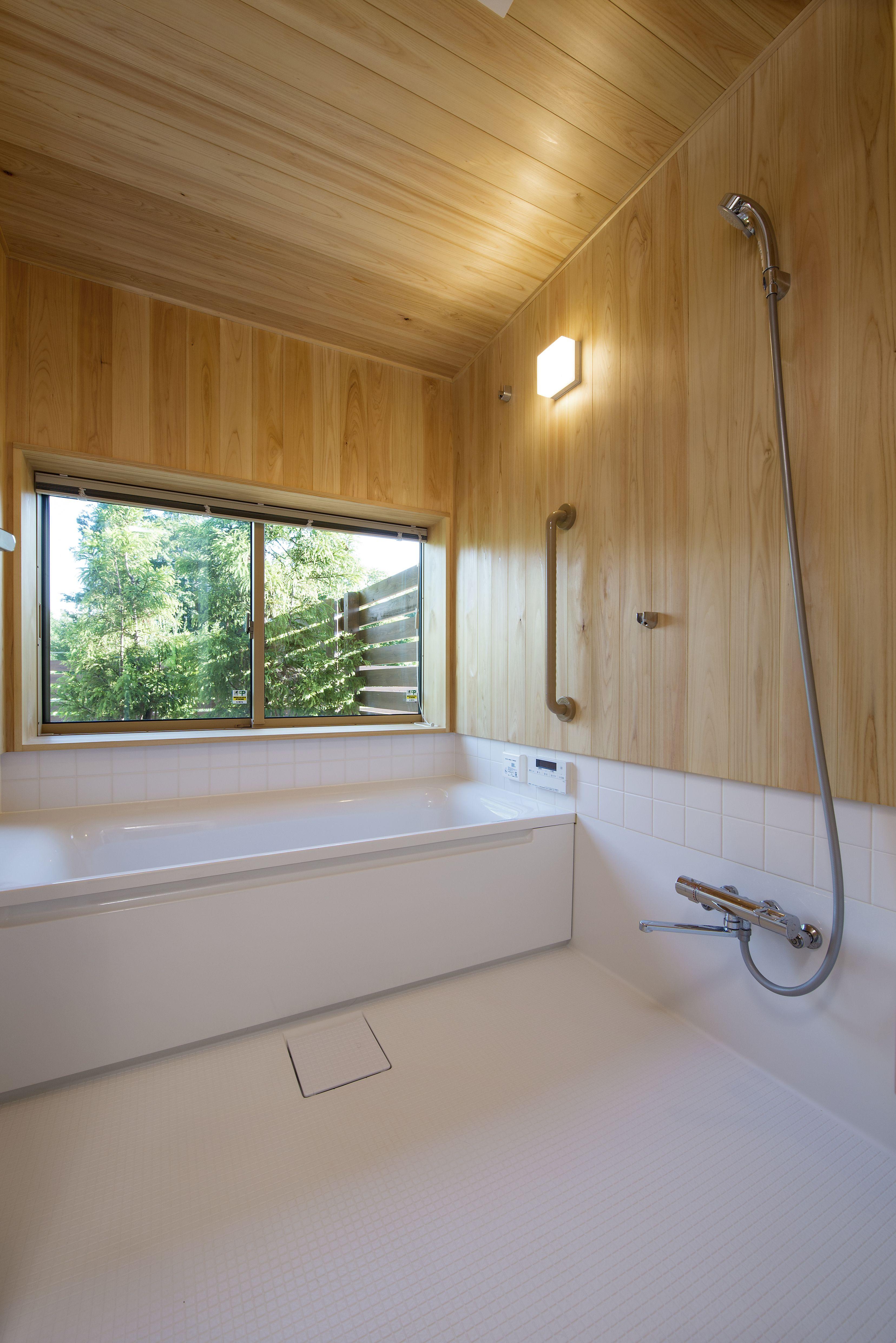 窓の外の緑をながめながら入浴 バスルーム 浴室 ハーフ
